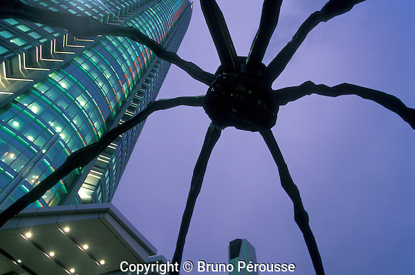 Asia, Japan, Tokyo, Roppongi Hills district, Mori tower and Maman Giant Spider sculpture, work of Louise Bourgeois//Asie, Japon, Tokyo, quartier de Roppongi Hills, tour Mori et sculpture d'araignée géante, oeuvre de Louise Bourgeois