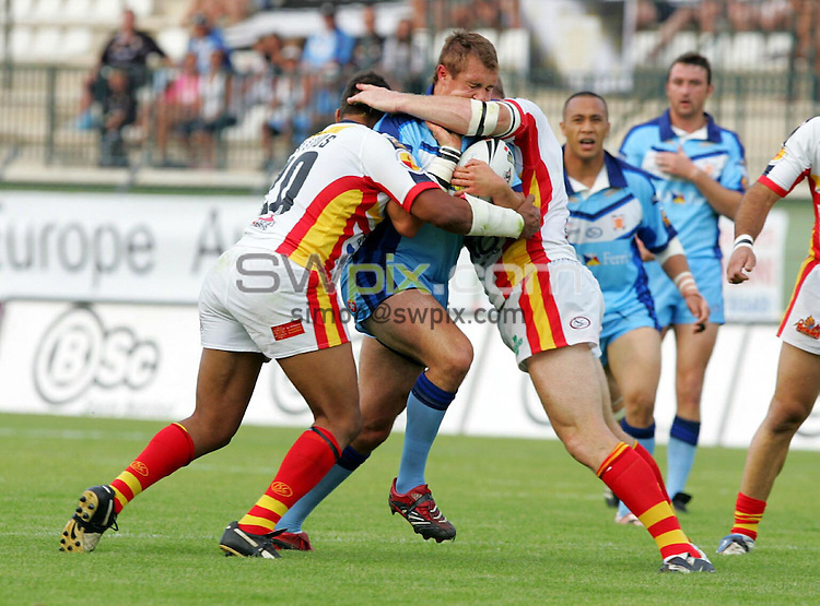 PIX: Rugby League. engage Super League, Round 19. Catalan Dragons-Hull, Parc des Sports, Narbonne, 1st July 2006...COPYRIGHT PICTURE>> SIMON WILKINSON>>0870 092 0092>>....Scott Wheeldon runs into a high tackle...............
