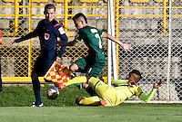 BOGOTA - COLOMBIA -05 -11-2016: Walmer Pacheco (Izq.) jugador de La Equidad disputa el balón con Cristian Mafla (Der.) jugador de Atletico Bucaramanga, durante partido entre La Equidad y Atletico Bucaramanga, por la fecha 19 de la Liga Aguila II-2016, jugado en el estadio Metropolitano de Techo de la ciudad de Bogota. / Walmer Pacheco (L) player of La Equidad vies for the ball with Cristian Mafla (R) player of Atletico Bucaramanga, during a match La Equidad and Atletico Bucaramanga, for the  date 19 of the Liga Aguila II-2016 at the Metropolitano de Techo Stadium in Bogota city, Photo: VizzorImage  / Luis Ramirez / Staff.
