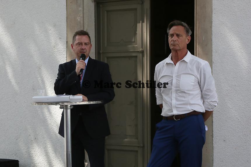 Bürgermeister Carsten Sittmann (CDU) und 2. Kreisbeigeordnete Walter Astheimer (Grüne) bei der Feierstunde zur Stolpersteinverlegung- Stolpersteinverlegung in Geinsheim