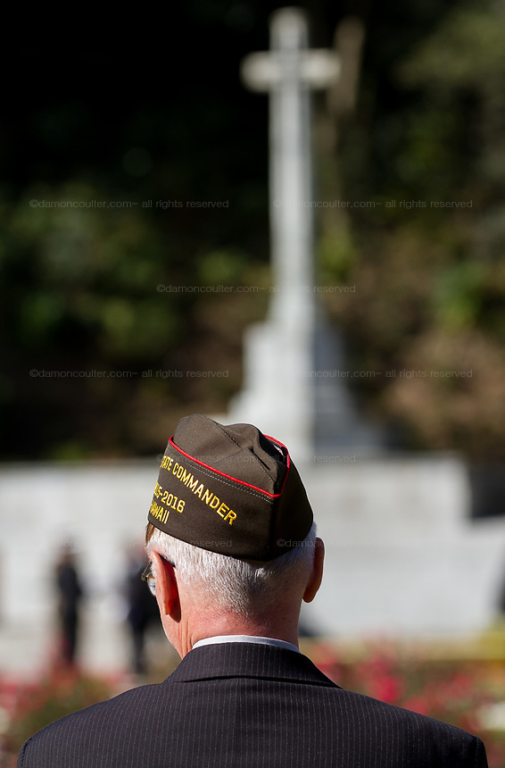 A United States military veteran takes part in the Remembrance Sunday ceremony at the Hodogaya, Commonwealth War Graves Cemetery in Hodogaya, Yokohama, Kanagawa, Japan. Sunday November 12th 2017. The Hodagaya Cemetery holds the remains of more than 1500 servicemen and women, from the Commonwealth but also from Holland and the United States, who died as prisoners of war or during the Allied occupation of Japan. Each year officials from the British and Commonwealth embassies, the British Legion and the British Chamber of Commerce honour the dead at a ceremony in this beautiful cemetery.