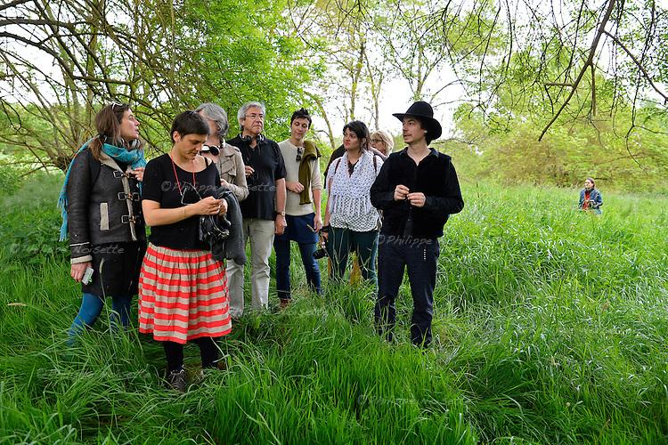 Les sons des confins est une marche sonore créée par l'artiste Pierre Redon sur le thème de l'eau. Des sources de la la Vienne (Millevaches) à l'estuaire de la la Loire (St Nazaire), elle propose un voyage initiatique sonore et visuel en 8 étapes grâce à une application sur smartphone. Sur ces images, la marche sonore à l'étape des Ponts de Cé (Maine-et-Loire).