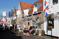 Brielle. Bevrijdingsdag op 1 april: Op deze  dag in 1572 verschenen de Watergeuzen voor de Noordpoort van Den Briel en eisten de overgave van de havenstad. Op deze dag lopen de inwoners in historische kleding en worden de gebeurtenissen nagespeeld.