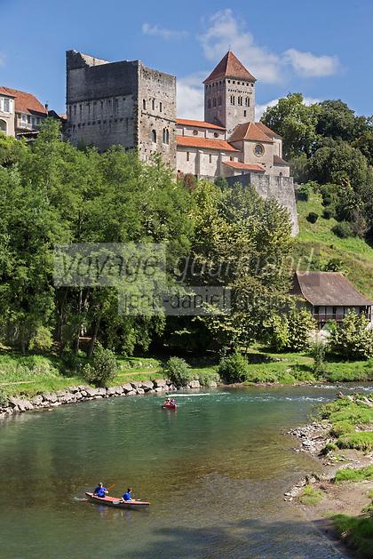 France, Aquitaine, Pyrénées-Atlantiques, Béarn, Sauveterre-de-Béarn:  Vue sur la cité médiévale   //  France, Pyrenees Atlantiques, Bearn, Sauveterre de Béarn:  View up to Medieval village of Sauveterre de Bearn