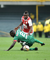 BOGOTA - COLOMBIA - 02-04-2016: Carlos Ibarguen (Der.) jugador de Independiente Santa Fe disputa el balón con Jesus Murillo (Izq.) jugador de Patriotas FC, durante partido por la fecha 11 entre Independiente Santa Fe y Patriotas FC,  de la Liga Aguila I-2016, en el estadio Nemesio Camacho El Campin de la ciudad de Bogota.  / Carlos Ibarguen (R) player of Independiente Santa Fe struggles for the ball with con Jesus Murillo (L) player of Patriotas FC, during a match of the date 11 between Independiente Santa Fe and Patriotas FC, for the Liga Aguila I -2016 at the Nemesio Camacho El Campin Stadium in Bogota city, Photo: VizzorImage / Luis Ramirez / Staff.
