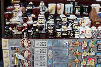QATAR, Doha, Souq Waqif , souvenir shop / KATAR, Doha, Basar Souk Wakif, Souvenir shop, Kuehlschrank Magnet fuer Fussball WM 2022