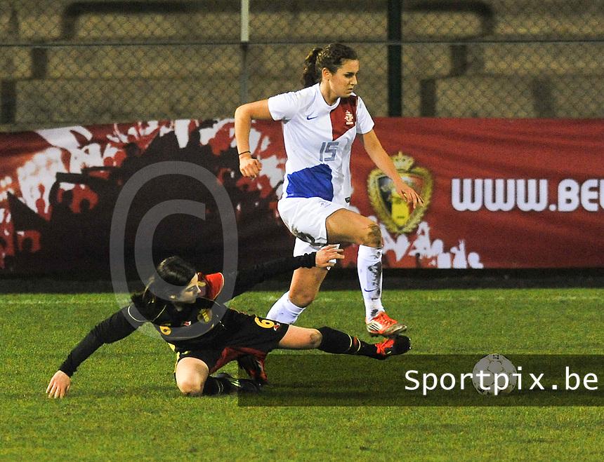 Netherlands U17 - Belgium U17 : Jip Vanhaaster aan de bal voor de tacklende Noemie Gelders.foto Joke Vuylsteke / Vrouwenteam.be