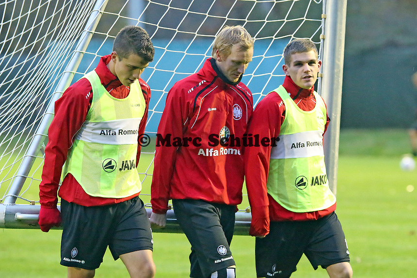 Vaclav Kadlec, Jan Rosenthal, Sebastian Jung (Eintracht) tragen das Tor