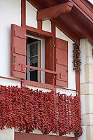 Europe/France/Aquitaine/64/Pyrénées-Atlantiques/ Espelette : Piment d'Espelette AOC - séchant à la façade des maisons basques du village