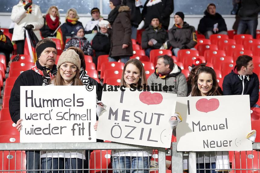junge weibliche Fans gruessen Mats Hummels, Mesut Oezil und Manuel Neuer