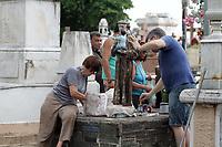"""CAMPINAS, SP 31.10.2018-FINADOS-Tumulo do Toninho Escravo estão entre os que mais recebem homenagens por """"graças alcançadas"""". Limpeza de jazigos, pinturas e de áreas do Cemitério da Saudade, no Swift, na cidade de Campinas, interior de São Paulo, nesta quarta-feira (31), é feita por familiares e funcionários do local, como preparativos para o Dia de Finados. (Foto: Denny Cesare/Codigo19)"""