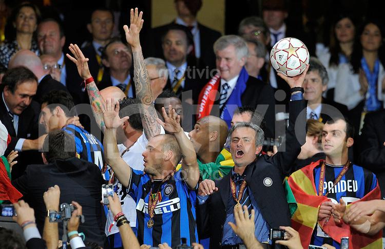 FUSSBALL      CHAMPIONS LEAGUE FINALE     SAISON  2009/2010 FC Bayern Muenchen - Inter Mailand      22.05.2010 Trainer Jose Mario Santos Mourinho, Wesley Sneijder  (v. re., Inter)