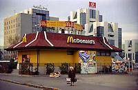 Milano, quartiere Lorenteggio, periferia ovest. Palazzi per uffici e un ristorante fast food McDonald's --- Milan, Lorenteggio district, west periphery. Office buildings and a McDonald's fast food restaurant