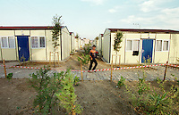Nach dem Erdbeben im August in der Tuerkei leben tausende Menschen in Zeltlagern und Behilfszelten.<br /> Hier: Da staatliche Hilfe nur zoegernd oder gar nicht kommt, hat der Besitzere des privaten TV-Senders Kanal 7, Deniz Feneri, durch seine Stiftung, die Deniz Feneri Dernegi, in Yuvacik-Koey ein H&uuml;ttendorf errichten lassen.<br /> 14.10.1999, Yuvacik-Koey/Tuerkei<br /> Copyright: Christian-Ditsch.de<br /> [Inhaltsveraendernde Manipulation des Fotos nur nach ausdruecklicher Genehmigung des Fotografen. Vereinbarungen ueber Abtretung von Persoenlichkeitsrechten/Model Release der abgebildeten Person/Personen liegen nicht vor. NO MODEL RELEASE! Nur fuer Redaktionelle Zwecke. Don't publish without copyright Christian-Ditsch.de, Veroeffentlichung nur mit Fotografennennung, sowie gegen Honorar, MwSt. und Beleg. Konto: I N G - D i B a, IBAN DE58500105175400192269, BIC INGDDEFFXXX, Kontakt: post@christian-ditsch.de<br /> Bei der Bearbeitung der Dateiinformationen darf die Urheberkennzeichnung in den EXIF- und  IPTC-Daten nicht entfernt werden, diese sind in digitalen Medien nach &sect;95c UrhG rechtlich gesch&uuml;tzt. Der Urhebervermerk wird gemaess &sect;13 UrhG verlangt.]