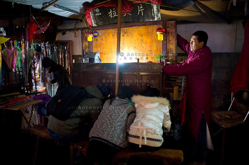 Uno spettacolo dell'antico teatrino cinese.<br /> Traditional chinese street theatre
