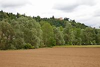 Paesaggio campagna astigiana, terreno arato