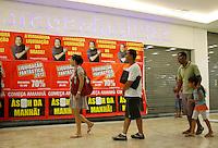 S&Atilde;O PAULO,SP,05 JANEIRO 2012 - MEGA LIQUIDA&Ccedil;AO MAGAZINE LUIZA<br /> Movimenta&ccedil;&atilde;o em frente a loja  Magazine Luiza do Shopping Aricanduva na zona leste.FOTO ALE VIANNA - NEWS FREE.
