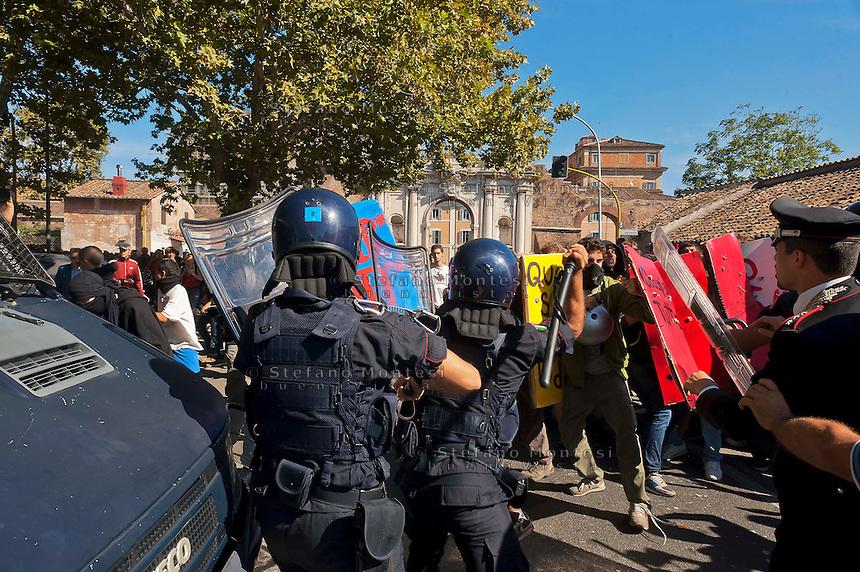 Roma 5 Ottobre 2012.Manifestazione degli studenti medi contro la crisi e i tagli alla scuola pubblica..Le forze dell'ordine caricano gli  studenti a piazzale Portuense dopo un tentativo di sfondamento..