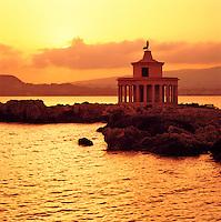 Greece, Cephalonia (Ionian island), Argostoli: Agios Theodoros Lighthouse at Sunset | Griechenland, Kefalonia (Ionische Insel), Argostoli: Agios Theodoros Leuchtturm im Sonnenuntergang