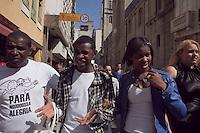 """SAO PAULO, SP, 04 DE MAIO DE 2012 -  CELEBRIDADES - Jefferson e Suellen, sucesso da internet, com mais de 200 milhoes de acesso, com o vídeo """"Para Nossa Alegria"""", foram vistos nesta manha de sexta-feira (05), na Rua Florêncio de Abreu, zona central da cidade,  dupla chamou a atencao das pessoas que passavam pelo local, atenderam os fãs e distribuiram autografos. FOTO RICARDO LOU - BRAZIL PHOTO PRESS"""