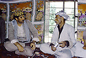 Irak 1985.Dans les zones libérées, région de Lolan, Mullazem Ali, chef de peshmergas s'entretenant avec avec son hote.Iraq 1985.In liberated areas, Lolan district, Mullazem Ali ( right ) Military chief in a private house