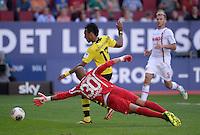 Fussball  1. Bundesliga  Saison 2013/2014    FC Augsburg - Borussia Dortmund      10.08.2013 Pierre-Emerick Aubameyang (Mitte hinten, Borussia Dortmund) erzielt das Tor zum 0-3 gegen Torwart Mohamed Amsif (vorn, FC Augsburg)