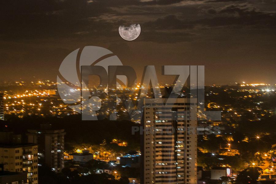 FOZ DO IGUAÇU, PR, 14.11.2016 – SUPER LUA-PR – Super lua cheia vista sobre a cidade de Foz do Iguaçu no Paraná na noite desta segunda-feira (14). (Foto: Paulo Lisboa/Brazil Photo Press)