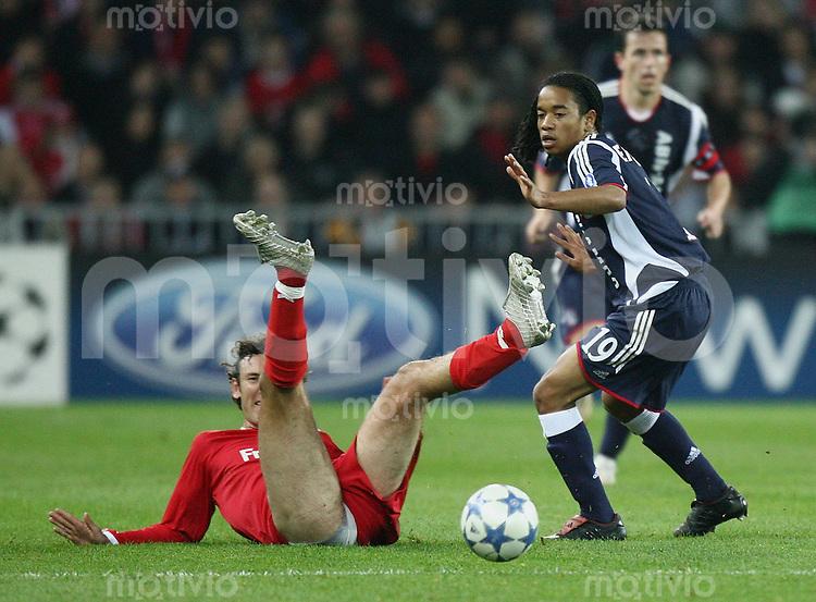 Fussball International Champions League 2005/2006 FC Thun - Ajax Amsterdam Tiago Bernardini (T,li) und Urby Emanuelson (A)
