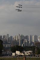 FOTO EMBARGADA PARA VEICULOS INTERNACIONAIS. SAO PAULO, SP, 22/09/2012, APRESENTACAO ESQUADRILHA DA FUMACA. O Fim de Semana Aereo contou com a brilhante apresentacao da Esquadrilha da Fumaca na tarde de hoje(22), amanha tambem havera duas apresentacoes do fumaceiros. Luiz GUarnieri/ Brazil Photo Press.