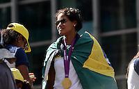 SAO PAULO, 13 DE AGOSTO DE 2012 - SELECAO VOLEI PASSEATA - Selecao Feminina de Voleibol, que ganhou ouro nos jogos olimpicos de Londres, em passeata em carro aberto, em frente o Banco do Brasil, na Avenida Paulista, regiao central da capital. FOTO: ALEXANDRE MOREIRA - BRAZIL PHOTO PRESS