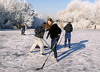 Jongeren spelen ijshockey