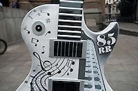 SÃO PAULO, SP, 11.05.2015 - Instrumento musical é exposto em frente ao Teatro Municipal como parte da Guitar Parade, mostra de arte pública, com guitarras de 2,5m de altura sobre bases de 40 cm, customizadas por artistas do Leds Tattoo. A exposição acontece em algumas das principais vias de São Paulo, em comemoração aos 30 anos de Rock in Rio.( Foto: Gabriel Soares / Brazil Photo Press)