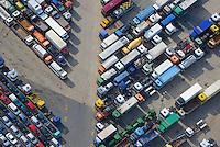 Export von Nutzfahrzeugen vom Hamburger Unikai: EUROPA, DEUTSCHLAND, HAMBURG, (EUROPE, GERMANY), 28.09.2014 Am O'Swaldkai arbeitet die groesste auf rollende Verladungen spezialisierte Hafenanlage im Hamburger Hafen. Die UNIKAI Lagerei- und Speditionsgesellschaft fertigt dort moderne RoRo-Schiffe ebenso ab wie Projektladung und Forstprodukte. Als Kompetenzzentrum für die Automobilindustrie.