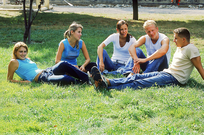 Couples d'amis assis dans un parc. *** Couple of friends sitting in a park.