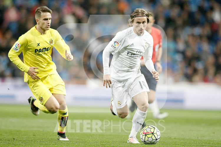 Real Madrid's Luka Modric (r) and Villareal's Denis Suarez during La Liga match. April 20,2016. (ALTERPHOTOS/Acero)