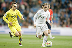 Real Madrid's Luka Modric (r) and Villareal's Denis Suarez during La Liga match. April 20,2016. (ALTERPHOTOS/Acero)