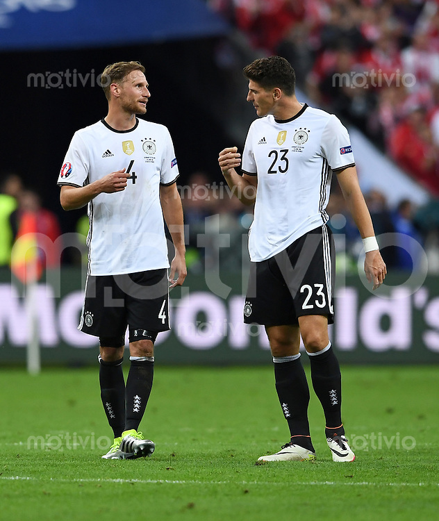 FUSSBALL EURO 2016 GRUPPE C IN PARIS Deutschland - Polen    16.06.2016 Benedikt Hoewedes und Mario Gomez   (v.l., beide Deutschland) nach dem Abpfiff