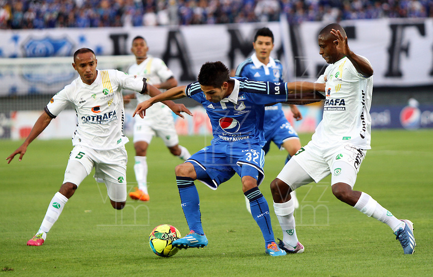 BOGOTA -COLOMBIA. 02-02-2014. Jhonatan Agudelo (Centro) de Millonarios  disputa el balon contra Wilmer Diaz de La Equidad durante el partido por la segunda fecha de La liga Postobon 1 disputado en el estadio El Campin. / Jhonatan Agudelo ( Center) Millonarios fights for the ball against Wilmer Diaz of  La Equidad  during the match for the second date of the Postobon one league match at El Campin  Stadium Photo: VizzorImage/ Felipe Caicedo / Staff