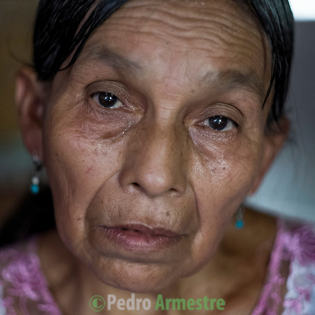 24 noviembre 2014. <br /> Lucia Xol (60 años) Madre de Ovidio Xol desaparecido supuestamente por la oposición a los planes de la hidroeléctrica Renace.<br /> La llegada de algunas compañías extranjeras a América Latina ha provocado abusos a los derechos de las poblaciones indígenas y represión a su defensa del medio ambiente. En Santa Cruz de Barillas, Guatemala, el proyecto de la hidroeléctrica española Ecoener ha desatado crímenes, violentos disturbios, la declaración del estado de sitio por parte del ejército y la encarcelación de una decena de activistas contrarios a los planes de la empresa. Un grupo de indígenas mayas, en su mayoría mujeres, mantiene cortado un camino y ha instalado un campamento de resistencia para que las máquinas de la empresa no puedan entrar a trabajar. La persecución ha provocado además que algunos ecologistas, con órdenes de busca y captura, hayan tenido que esconderse durante meses en la selva guatemalteca.<br /> <br /> En Cobán, también en Guatemala, la hidroeléctrica Renace se ha instalado con amenazas a la población y falsas promesas de desarrollo para la zona. Como en Santa Cruz de Barillas, el proyecto ha dividido y provocado enfrentamientos entre la población. La empresa ha cortado el acceso al río para miles de personas y no ha respetado la estrecha relación de los indígenas mayas con la naturaleza. ©Calamar2/ Pedro ARMESTRE<br /> <br /> The arrival of some foreign companies to Latin America has provoked abuses of the rights of indigenous peoples and repression of their defense of the environment. In Santa Cruz de Barillas, Guatemala, the project of the Spanish hydroelectric Ecoener has caused murders, violent riots, the declaration of a state of siege by the army and the imprisonment of a dozen activists opposed to the project . <br /> A group of Mayan Indians, mostly women, has cut a path and has installed a resistance camp to prevent the enter of the company's machines. The prosecution has also provoked that some ecologists, 