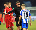 19.01.2020, OLympiastadion, Berlin, GER, DFL, 1.FBL, Hertha BSC VS. Bayern Muenchen, <br /> DFL  regulations prohibit any use of photographs as image sequences and/or quasi-video<br /> im Bild Santiago Ascacibar (Hertha BSC Berlin #18), Thomas Mueller (FC Bayern Muenchen #25),<br /> Schiedsrichter <br /> <br />       <br /> Foto © nordphoto / Engler