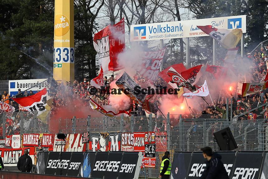 Mainzer Fans mit Pyrotechnik vor dem Anpfiff - 11.03.2017: SV Darmstadt 98 vs. 1. FSV Mainz 05, Johnny Heimes Stadion am Boellenfalltor