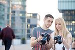 DEU, Deutschland, NRW, Duesseldorf, Medienhafen, Fotoamateure fotografieren, Fotoworkshop, Fotofreunde, Paar<br /> <br /> [Fuer die Nutzung gelten die jeweils gueltigen Allgemeinen Liefer-und Geschaeftsbedingungen. Nutzung nur gegen Verwendungsmeldung und Nachweis. Download der AGB unter http://www.image-box.com oder werden auf Anfrage zugesendet. Freigabe ist vorher erforderlich. Jede Nutzung des Fotos ist honorarpflichtig gemaess derzeit gueltiger MFM Liste - Kontakt, Uwe Schmid-Fotografie, Duisburg, Tel. (+49).2065.677997, archiv@image-box.com, www.image-box.com]