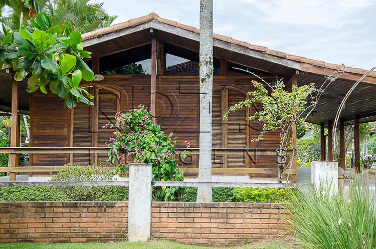 Casa de madeira em condomínio de Boracéia, Bertioga - SP, 12/2014.