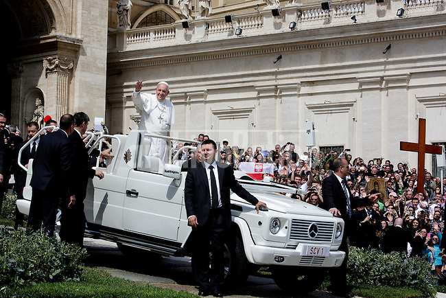 Pope Francis waves to faithful at the end of the Sunday Palm Mass at St Peter Square on April 13, 2014 at Vatican