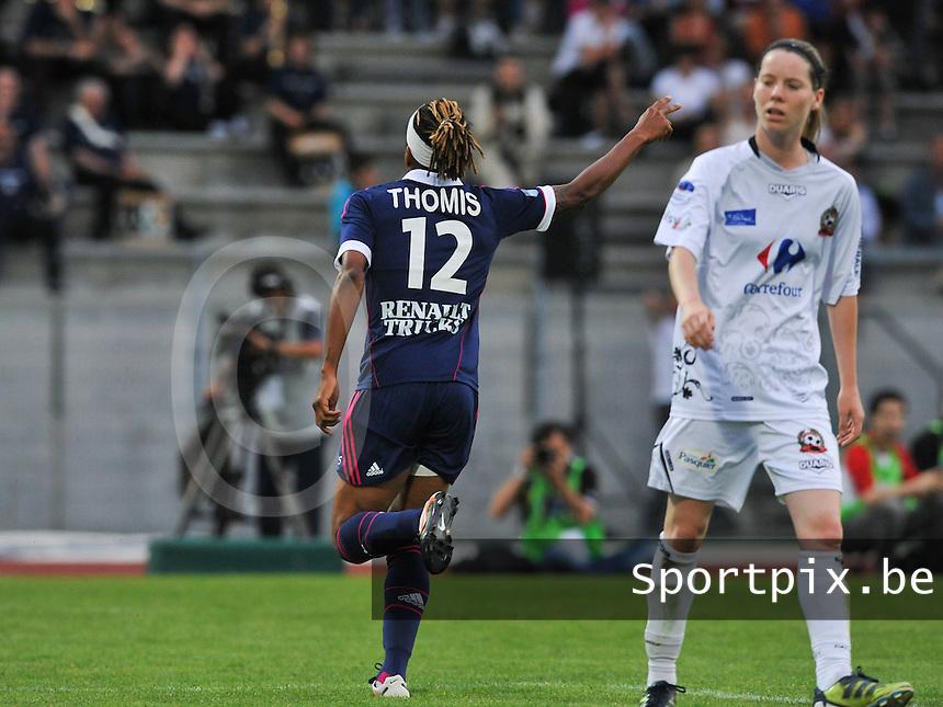 Football Club Feminin Juvisy Essonne - Olympique Lyon :.Elodie Thomis scoort , Anaig Butel baalt.foto DAVID CATRY / JOKE VUYLSTEKE / Vrouwenteam.be