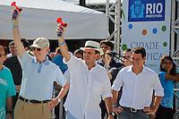 """RIO DE JANEIRO, RJ, 12 DE FEVEREIRO DE 2012 - CARNAVAL RIO 2012 - O Prefeito Eduardo Paes (D), o presidente do Comitê Organizador dos Jogos Olímpicos, Carlos Arthur Nuzman (E), dando a largada na prova de 5,5 Km, """"Corre Aí na Sapucaí"""", que marcou a abertura oficial do novo Sambódromo do Rio, que também será utilizado nos Jogos Olímpicos, e que após reformas recebeu o traçado original projetado por Oscar Niemeyer há quase 30 anos. <br /> FOTO GLAICON EMRICH - NEWS FREE"""