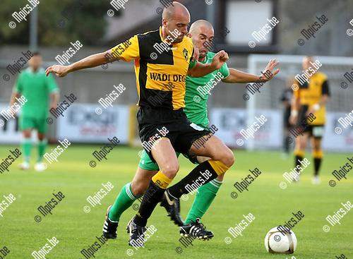2009-08-15 / Voetbal / seizoen 2009-2010 / Lierse SK - Couillet-La Louviere / Jurgen Cavens (Liersie) wordt gehinderd door Mathias Real..Foto: Maarten Straetemans (SMB)