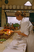 France/84 Vaucluse/Avignon: Table d'Hote de la Mirande dans la cuisine médiévale d'un ancien palais de Cardinal- Aurore dresse la table