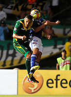 ARMENIA - COLOMBIA - 27-04-2013: Fredy Montero (Der.) jugador de Millonarios disputa el balon con Eder (Izq) del Deportes Quindio durante el partido en el estadio Centenario de Armenia, abril 27 de 2013. Deportes Quindio y Millonarios durante partido por la decimotercera fecha de la Liga Postobon I. (Foto: VizzorImage / Yonbini / Str).  Fredy Montero (R) player of Millonarios figts for the ball with Eder (L) of Deportes Quindio during a game in the Centenario Stadium in Armenia city, April 27, 2013. Deportes Quindio and Millonarios during a match for the thirteenth round of the Postobon League I. (Photo: VizzorImage / Yonboni / Str.).