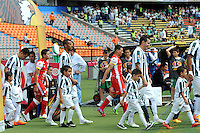 MEDELLIN -COLOMBIA-10-MAYO-2015.  Jugadores  del Atletico  Nacional e Independiente Santa Fe  ingresan al campo de juego antes del partido por la fecha 19 entre Atletico Nacional y el Independiente Santa Fe   de la Liga Aguila I-2015, en el estadio Atanasio Girardot de la ciudad de Medellin . / Players Atletico Nacional and Independiente Santa Fe entering the field of play before the match date 19 a  match of the 19 date between Atletico Nacional  and Independiente Santa Fe  for the Liga Aguila I -2015 at the Atanasio Girardot Stadium in Medellin city <br /> .Photo: VizzorImage / Leon Monsalve / STR